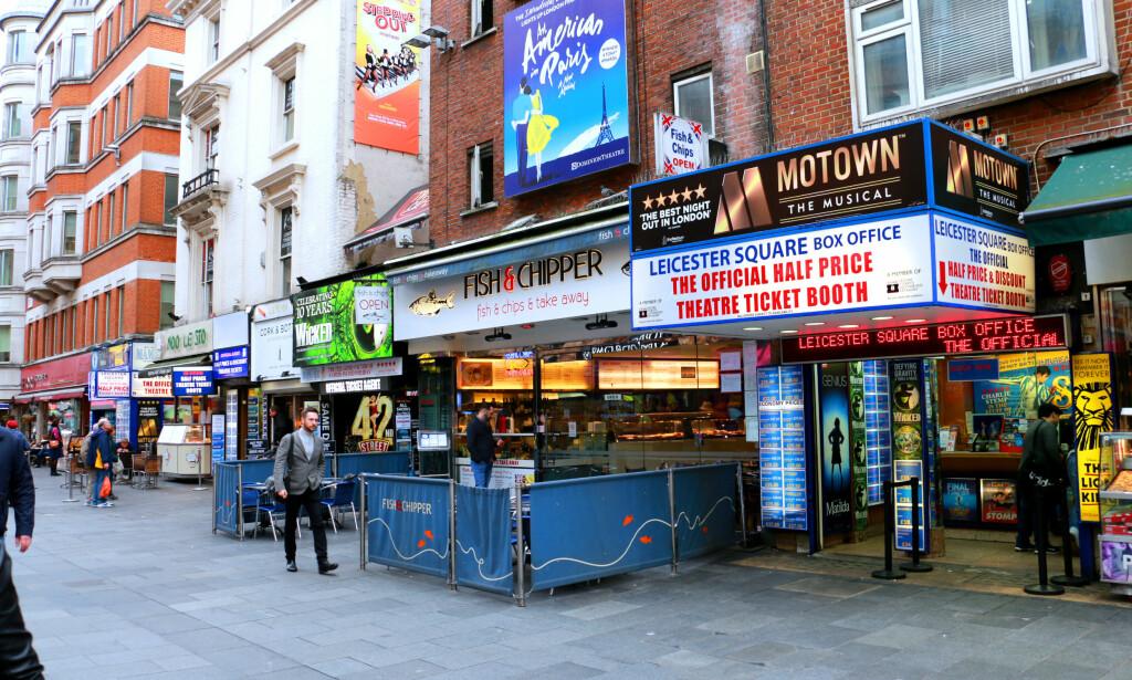FLERE MULIGHETER I GATENE RUNDT: Sjekk gjerne prisene hos flere godkjente billettkontorer rundt Leicester Square, for den beste prisen - som for eksempel i den blå billettkiosken over, Leicester Square Box Office. Foto: Berit B. Njarga