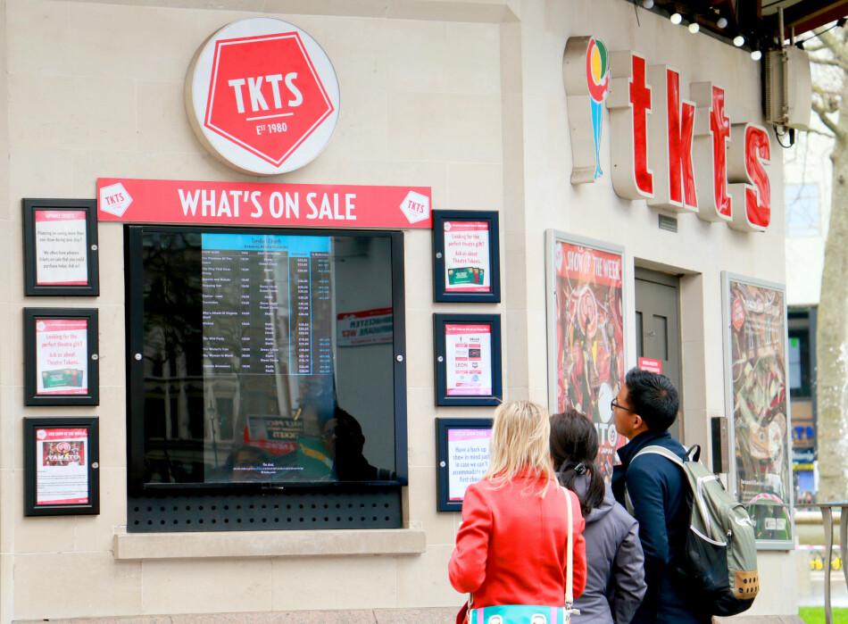 MUSIKALER TIL HALV PRIS? Billettkontoret Tkts på Leicester Square selger musikal- og teaterbilletter til rabatterte priser, her fant vi rabatter på fra 30 til 64 prosent. Smart for deg som ikke allerede har bestilt billetter men som vil ta det litt på sparket. Eller bare om du vil ha det billigst mulig. Det er også flere billettkontorer som selger rabatterte billetter i området. Foto: Berit B. Njarga