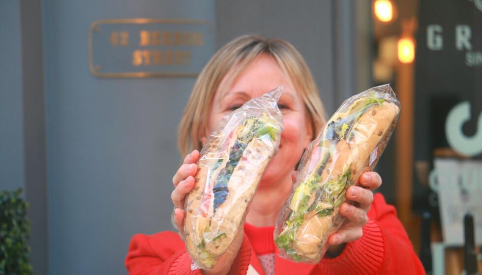 SLIK FÅR DU HALV PRIS PÅ MATEN: Du kan få maten til halv pris eller mindre, om du benytter deg av appen Too Good To Go. Småsulten mellom lunsj og middag på storbyferien? Vi fikk to valgfrie baguetter til 2,50 pund rett ved Oxford Street, som til normalt koster 3 pund hver. Supersmart! Og ja: Det er mange middag- og lunsjrestauranter som er med! Foto: Hanna Sikkeland