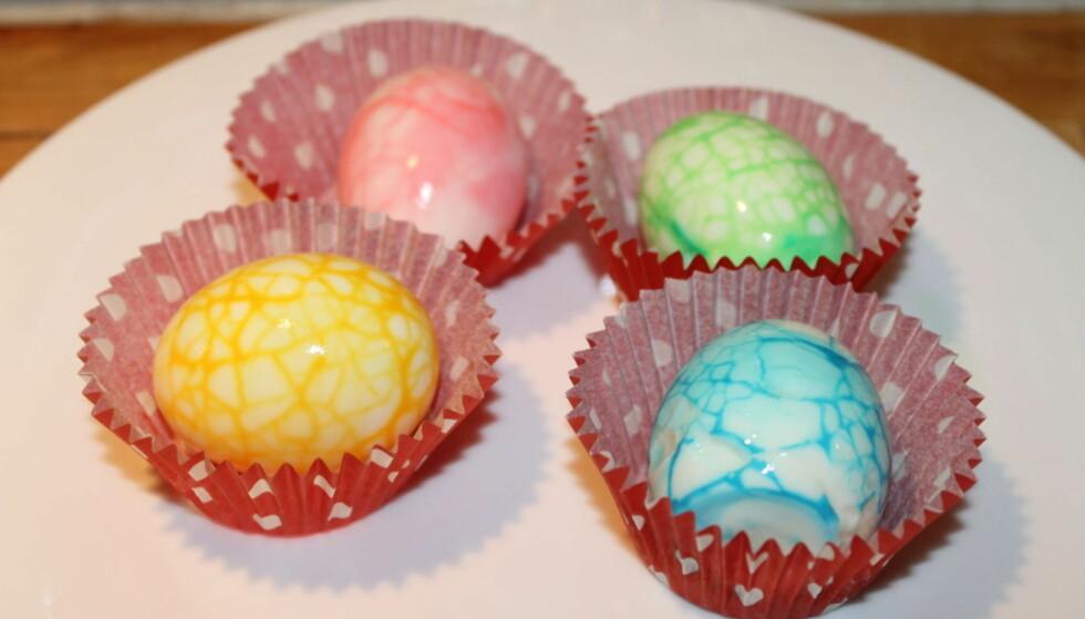 FARGEDE EGG: Det er superenkelt å lage disse eggene. Foto: Elisabeth Dalsegg.
