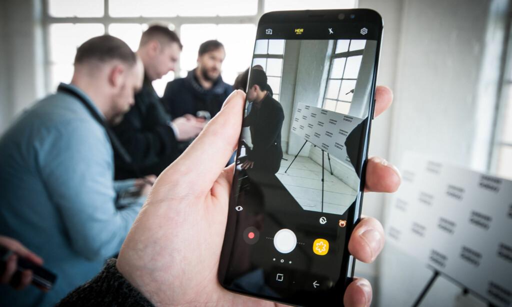 FØRST UT: Samsungs nye mobilflaggskip, Galaxy S8, er den første smartmobilen som får støtte for femte generasjon Bluetooth. Foto: Gaute Beckett Holmslett