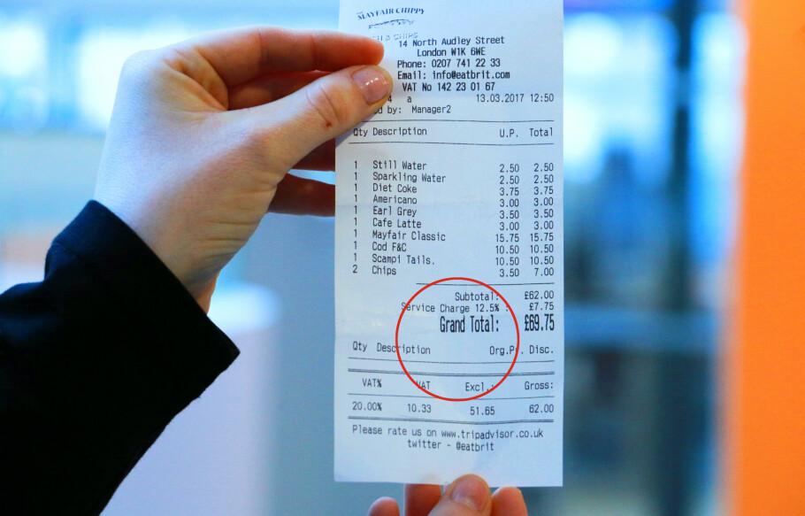 TIPS I LONDON: Noen restauranter har tipsen bakt inn i regningen, mens andre ikke har det. Foto: Berit B. Njarga.