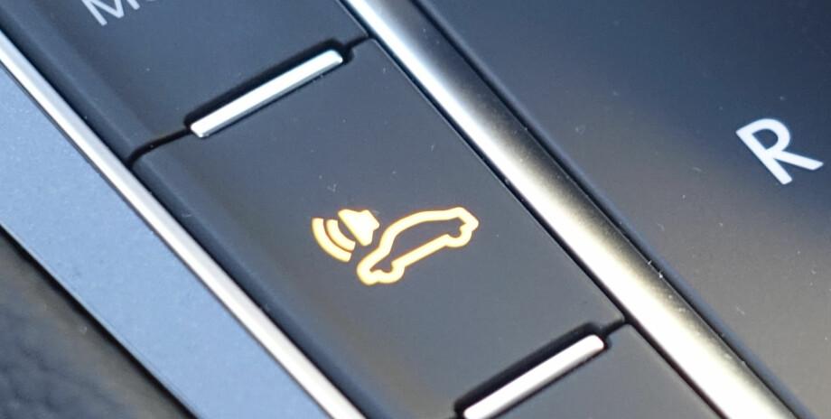 KUNSTIG MOTORLYD: Denne knappen skal sørge for at fotgjengere hører at du kommer kjørende i elbilen din. Foto: Rune Nesheim