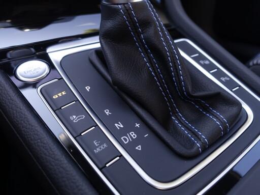 HUMØRKNAPPER: Med knappen for e-Mode velger du mellom elektrisk kjøring, hybrid eller lading. GTE-knappen gir rask tilgang til full kraft. Foto: Rune M. Nesheim