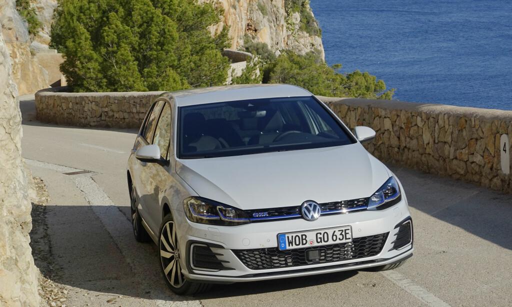 FREKK: Med full GTI-pakke er GTE blitt den tøffeste Golfen... om du liker blå elementer. Foto: Rune M. Nesheim