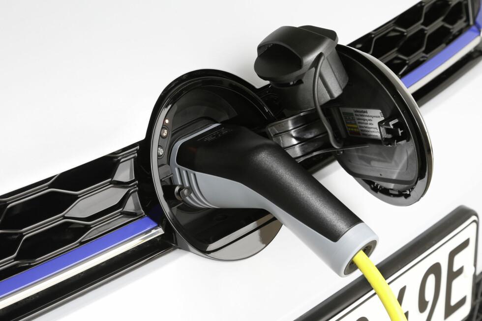 LADING I FRONT: Bensinbilene til VW har fått flytter radaren opp i logoen. GTE har fortsatt strømkontakten der og har fortsatt radaren nede. Det har forøvrig også e-golf til tross for at den har ellokket bak. Foto: VW