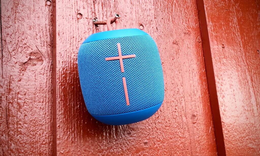 HENG OPP: Den lille stroppen gjør at man kan henge høyttaleren på en spiker, eller fra sekken. Foto: Pål Joakim Pollen