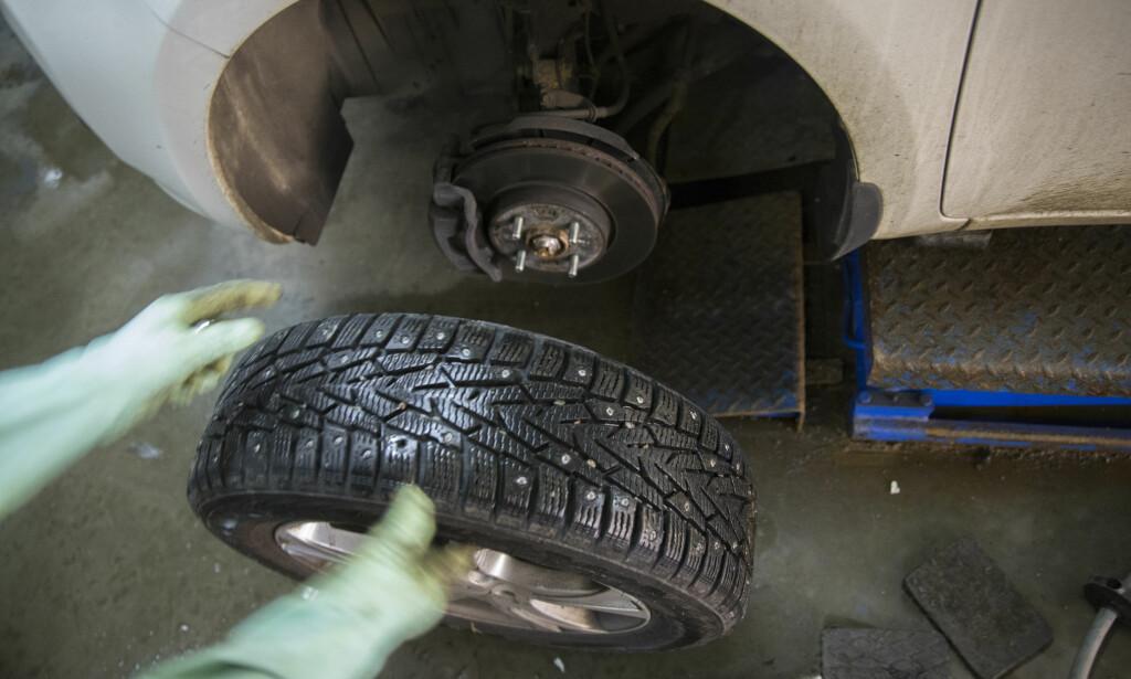 SKIFTE TIL VINTERDEKK: Nå er det straks tid for å bytte hjul på bilen. Legg merke til at reglene for Nord-Norge og resten av landet er forskjellige. Foto: Berit Roald / NTB scanpix