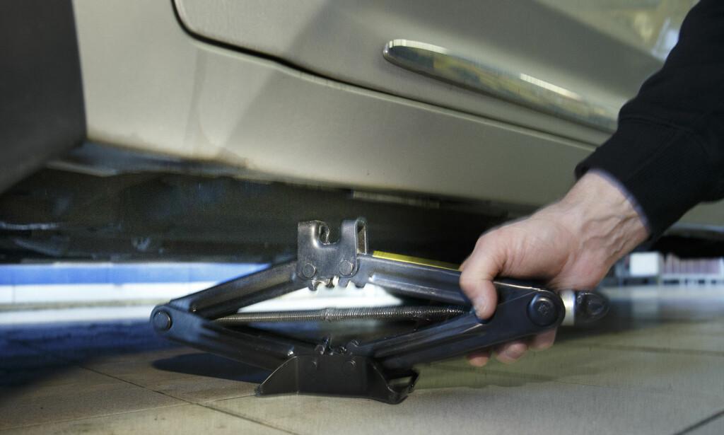 JEKK: Bruk helst bilens tilpassede jekk når du skal løfte opp bilen. Foto: Heiko Junge / NTB scanpix
