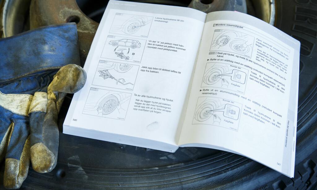 EN GOD START: Bilens egen introduksjonsbok er ofte en god manual til å skifte hjulene. Foto: Heiko Junge / NTB scanpix
