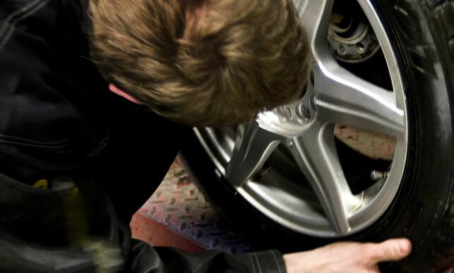 TYNGST: Hjulet veier en del, men de fleste skal kunne greie å løfte det på plass på anleggsflaten. Foto: Gorm Kallestad / SCANPIX