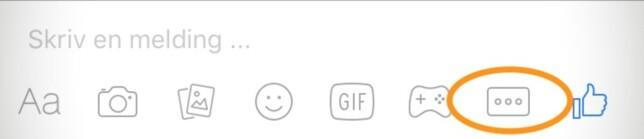 På iPhone trykker du på ikonet som vist over. Da får du opp ei liste, og på toppen finner du «sted».