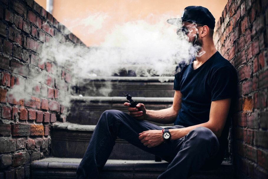 ULOVLIG: Vil du dampe e-sigaretter må du holde deg til de samme stedene hvor du kan røyke fra 1. juli. Nå er nemlig damping like strengt regulert som vanlig røyking. Foto: Shutterstock / NTB Scanpix