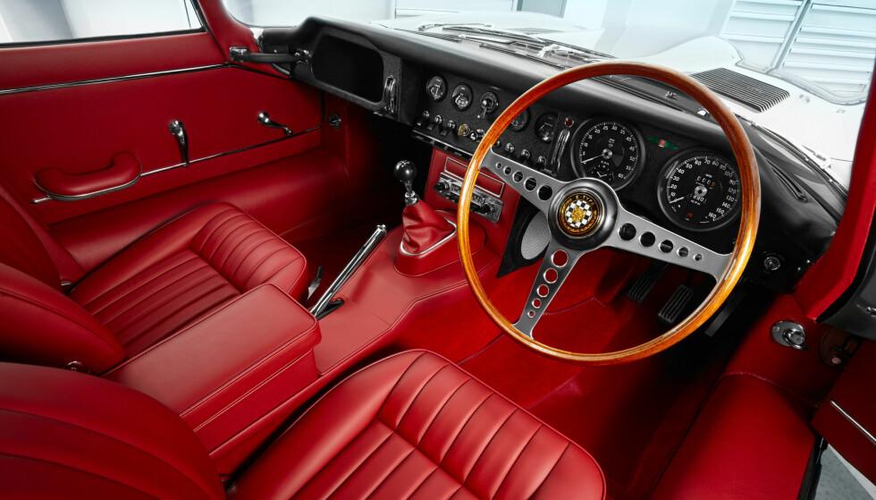 STRØKENT: Jaguars sportsbil som ble født i 1961 anses av mange som den definitive klassikeren. Jaguar tilbyr nå selv nennsomt restaurerte eksemplarer av sportsbilen selveste Enzo Ferrari kalte «verdens vakreste». Foto: Jaguar