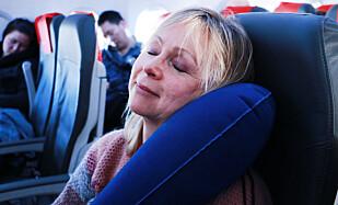 GOD STØTTE: Med denne reiseputa, Travelrest Ultimate Travel Pillow Inflatable, trenger du ikke å lene deg på skuldra til den ved siden av. Foto: Berit B. Njarga
