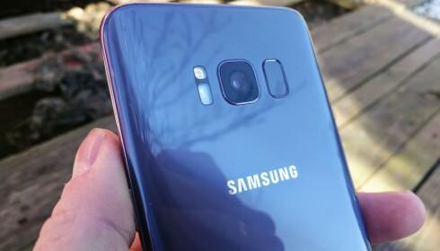 PÅ SIDEN: Produsentene plasserer vanligvis fingeravtrykksleseren på midten horisontalt, men Samsung har valgt å legge den ved siden av kamearaet på S8. Det gjør den noe ubekvem å bruke for deg som holder telefonen i venstre hånd. Foto: Pål Joakim Pollen