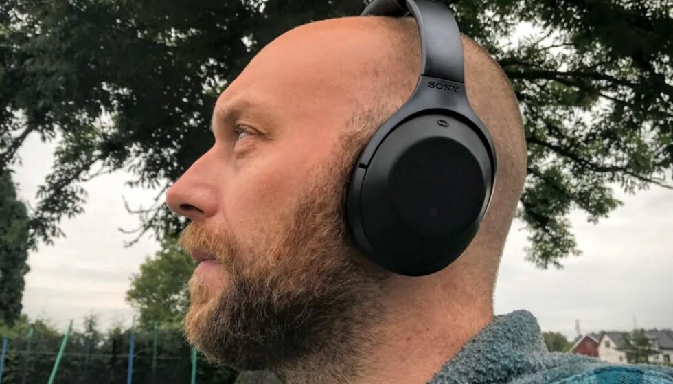 FLYSTØY? Gode hodetelefoner, som Sony MDR-1000XB med aktiv støydemping, kan gjøre en bråkete flytur langt mer behagelig. Foto: Pål Joakim Pollen