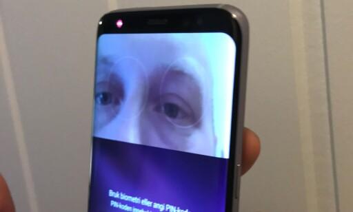 IRIS: Det ser fancy ut, men når iris-scanneren krever at du holder telefonen rett foran og relativt tett inntil ansiktet, ender i hvert fall vi opp med ikke å bruke den. Foto: Pål Joakim Pollen