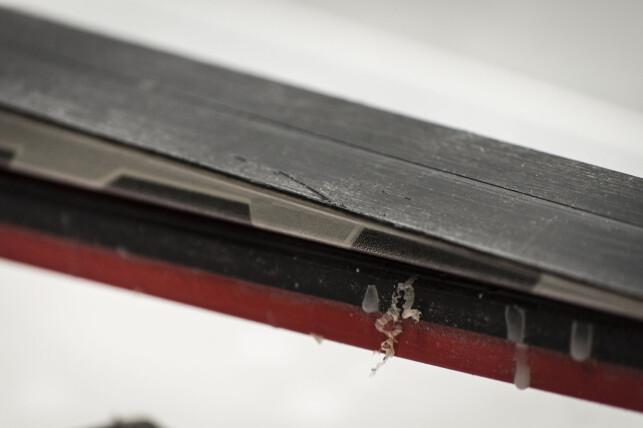 KAN BLI TYNT: Det svarte belegget er bare rundt én millimeter tykt, så det er grenser for hvor mange ganger det kan slipes ned. Sjekk at det ikke er blitt for tynt. Foto: Gaute Beckett Holmslet
