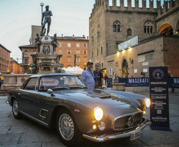 «SNARTUR HJEMOM»: Sommeren 2014 kjørte Mads Erle Thomassen og samboeren Aarid sin Maserati 3500GT tilbake til Italia. Her er paret foran Bolognas berømte Neptun-fontene, som Maserati har lånt logoen fra. Foto: Privat