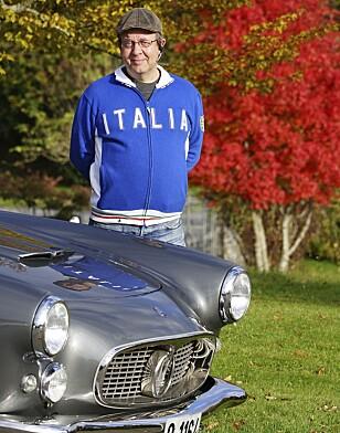 FORNØYD EIER: Mads Thomassen har grunn til å smile sammen med sin Maserati 3500GT.
