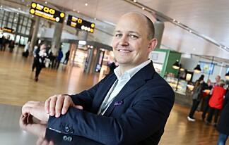 TRAVELT HELE SOMMEREN: Joachim Westher Andersen, kommunikasjonssjef ved Oslo lufthavn, sier det blir travelt i hele sommer - men med en trafikktopp fredag 16. juni. Foto: Avinor