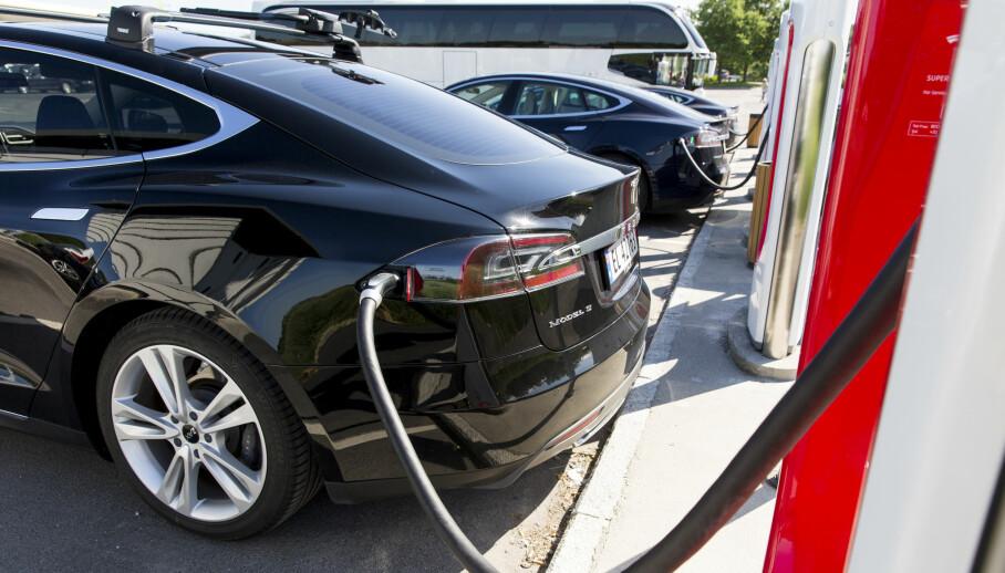<strong>FÆRRE STOPP:</strong> Tesla får over 80 mils rekkevidde, og batteriene er ikke langt unna. De er allerede i produksjon, ifølge Elon Musk. Foto: Tore Meek / NTB