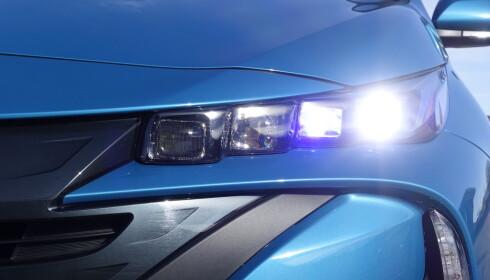 TENKER SJØL: Adaptive frontlykter med fire LED-lys på hver side er standard. Det funker greit, men den masker ikke ut andre biler like smått og nøyaktig som de beste systemene. Foto: Rune M. Nesheim