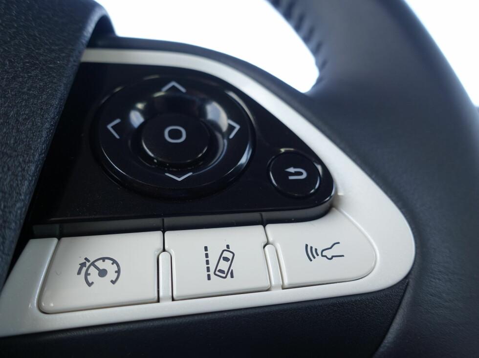 RART: Av trafikksikkerhetsmessige årsaker, plasserer man gjerne bare de aller mest brukte knappene på rattet. Her har Toyota virkelig funnet noen alternative å putte på rattet. Return-knappen viser seg å være høyaktuell for å kvitte seg med alle unødvendige meldingene som dukker opp i tide og utide.