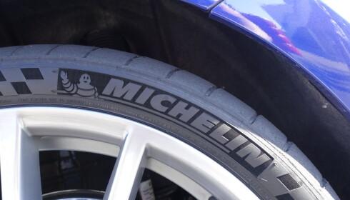 Vi kjørte på Michelin Pilot Sport Cup 2 på banen. Det gir bedre grep og mer moro. Det er tross alt en tung bil som trenger litt hjelp på en trang bane. Foto: VW
