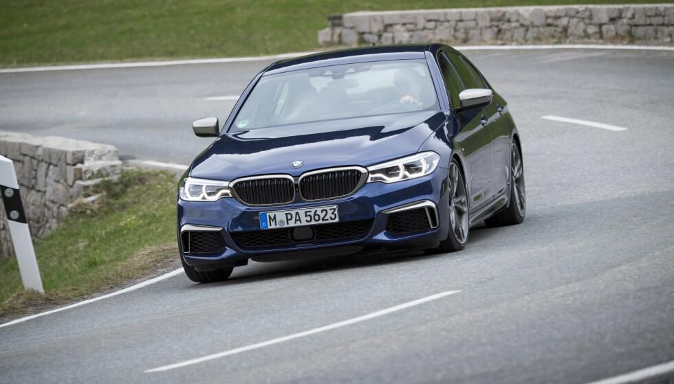 BMW RUSTER OPP: Mer muskler må til for å forsvare posisjonen. Produsenten fra München har via sin eminente M-divisjon valgt ulike løsninger for sine toppversjoner med diesel (M550d) og bensin (M550i)-versjoner. Dieselutgaven får turboladet rekkesekser utstyrt med hele fire turboladere, mens M550i får en potent V8-motor med to twin-scroll turboer. 0-100-tider på under fem sekunder blir det uansett. Foto: BMW