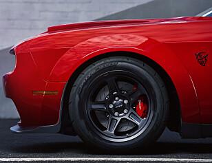 KRITISERES: Automotive News mener Dodge Demons dekk bidrar til å gjøre bilen trafikkfarlig.