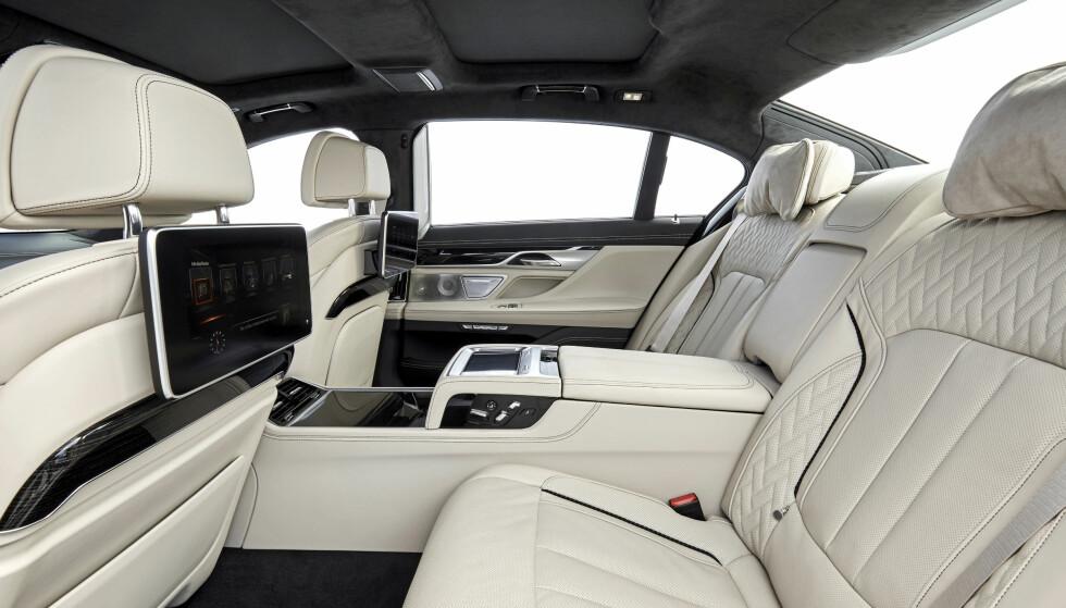 For eieren og hans fru: Kjør frem forsetet, opp med fothvileren, og du skjønner at bilen er av det spesielle slaget. Foto: BMW