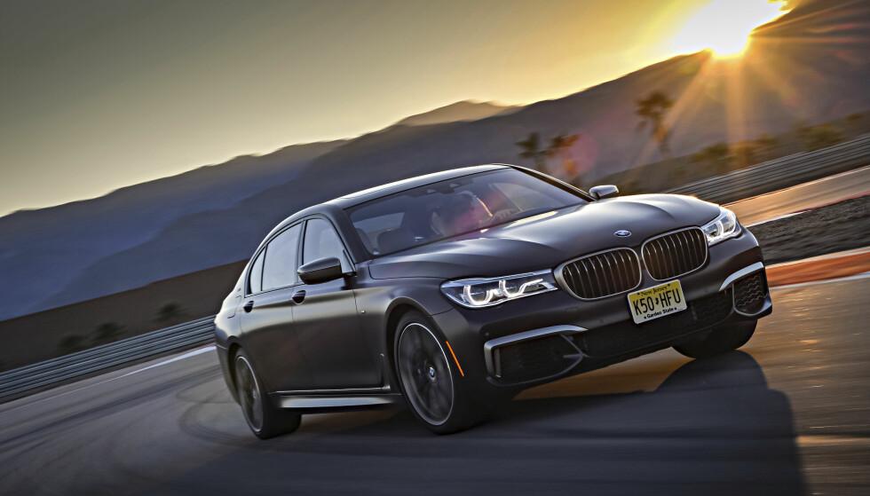 Svar matt i solnedgang: BMW har gitt M760iL XDrive en matt signaturfarge. Foto: BMW