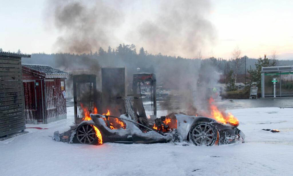 LITE IGJEN: Elbiler skal ikke være mer utsatt for brann enn andre biler, men mediene har unektelig interessert seg spesielt for branner der Tesla har vært innblandet, som her, hvor en Model S brant opp under lading ved en superlader ved Brokelandsheiene i januar 2016. Foto: NTB/Scanpix