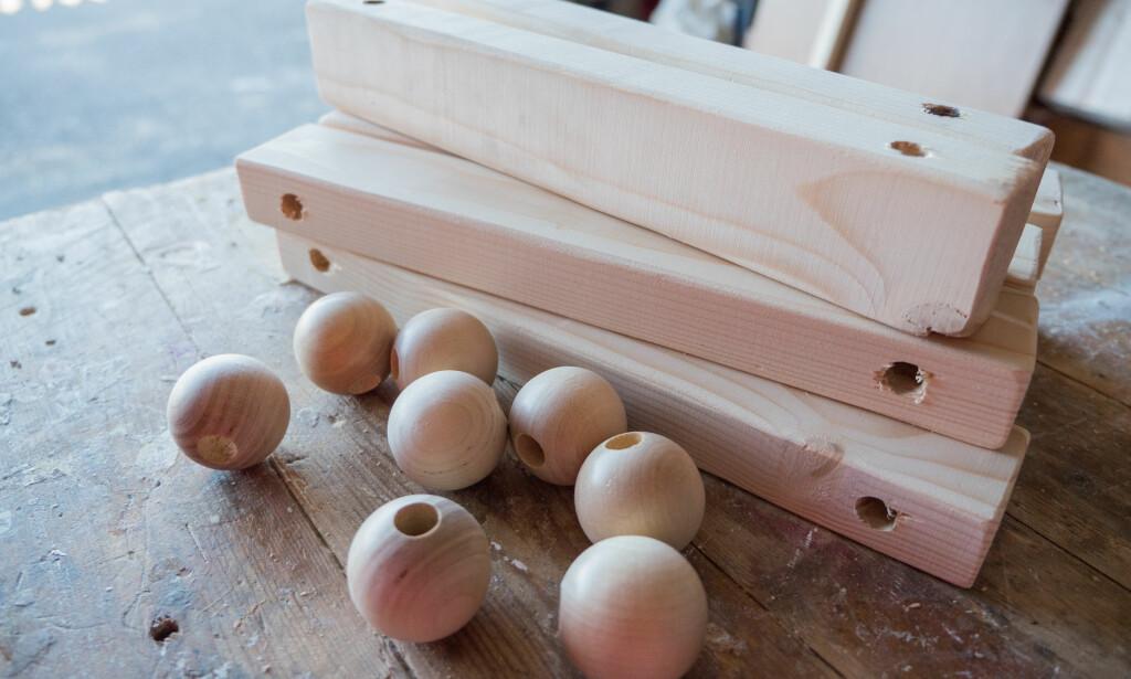 PUSS: Gi alle plankene en runde med sandpapir før du monterer husken. Da unngår du flis. Pass på at hullene i trekulen er like store som i planken. FOTO: Simen Søvik