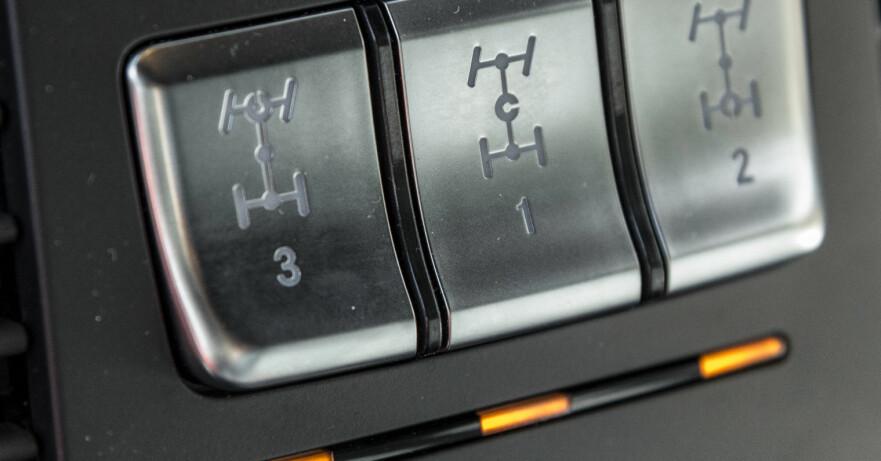 <strong>UNIKT:</strong> Ikke mange standardbiler kan by på full sperring av hele drivverket. Her aktiverer du først senterdifferensialen som sørger for lik drift forover og bakover, deretter sperring av bakakselen, og til slutt sperring av forakselen. Foto: Jamieson Pothecary