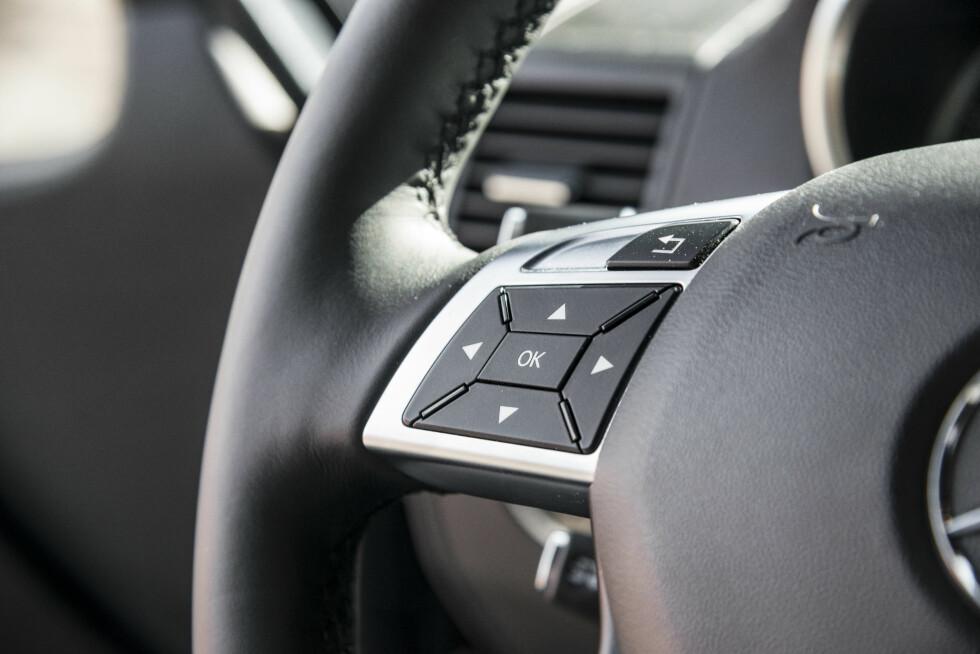 <strong>KJØRECOMPUTER:</strong> Den digitale kjøecomputeren mellom målerne styres med venstre tommel.