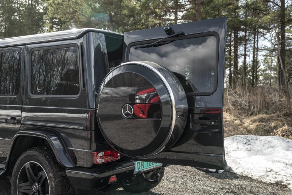 <strong>RYGGEKAMERA:</strong> Det påskrudde ryggekameraet øverst på døra er så og si ubrukelig fordi reservehjulet står i veien for å vise støtfanger og tilhengerfeste.