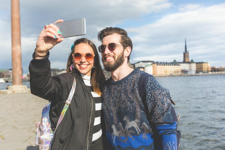 FRI EØS-ROAMING: Snart er det ikke lov å ta ekstra betalt for bruk av mobilen i EØS-landene. Men operatørene har lov til å øke månedsprisene. Derfor setter Talkmore nå opp månedsprisen, samtidig som Chess og OneCall beholder gammel pris for gamle kunder. Foto: Shutterstock / NTB Scanpix