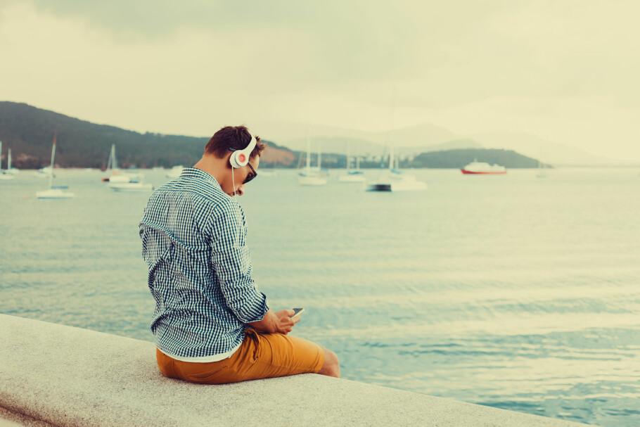 ROAMING PÅ FERIE: Snart har du i praksis ikke noe annet valg enn å ha fri roaming inkludert i mobilabonnementet ditt. Derfor setter en rekke operatører, som Telenor, opp prisen. Foto: Shutterstock / NTB Scanpix