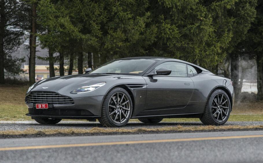 TO I APRIL: Det ble registrert to nye eksemplarer av Aston Martin DB11 (bildet), i april og bidro til å gi merket et solid løft så langt i år. Totalmarkedet gikk imidlertid noe tilbake selv om salgstakten holder seg høy. De respektive andelene diesel-, bensin-, hybrid og elbiler ligger relativt stabilt i forhold til hverandre. Foto: Jamieson Pothecary
