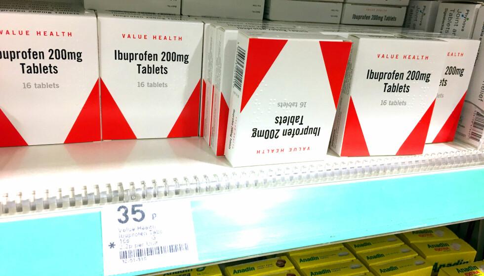 BILLIGSTE IBUPROFEN: Det koster 0,35 pund for en eske med 16 ibuprofen-tabletter. Det er 91 prosent billigere enn billigste Ibuprofen hos Boots i Norge. Foto: Kristin Sørdal