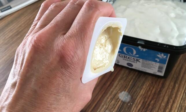 HOLDBARHET: Yoghurten i kjøleskapet ditt er mest sannsynlig god mye lengre enn du tror. Foto: Kristin Sørdal.