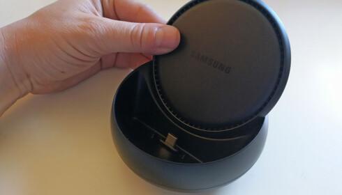 ÅPNES: Skyv opp lokket og tre telefonen på USB-C-pluggen i bunnen, så er du klar til dyst. Foto: Pål Joakim Pollen