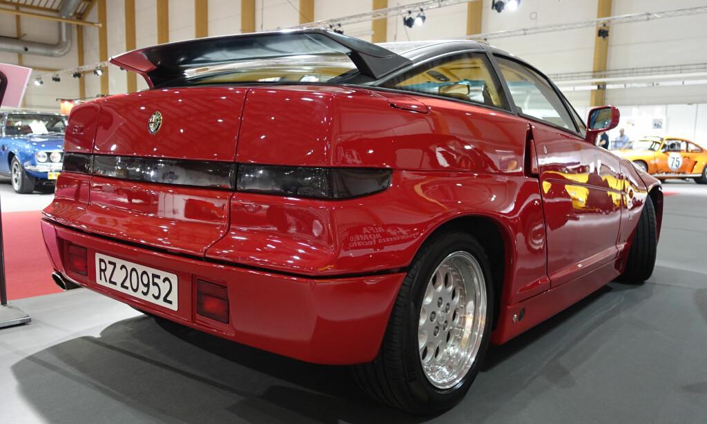 NYERE ÅRGANG: Alfa Romeo SZ (1989-1991), er en moderne klassiker, utstyrt med en 3,0-liters V6-motor på 210 hester. Denne bilen fra 1991, som tilhører Peer Bell, fikk motorvolumet øket til 3,5 liter av den nederlandske tuneren Savali. Foto: Knut Moberg