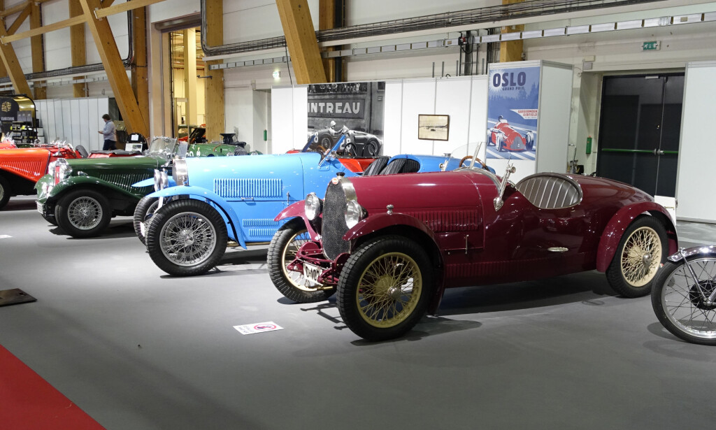 20-TALLSRACERE: Bugatti-racere fra tiden da racerførere stirret døden i hvitøyet i hvert løp: En vinrød Bugatti T23 fra 1925 side om side med en bugattiblå T44 fra 1929. Foto: Knut Moberg