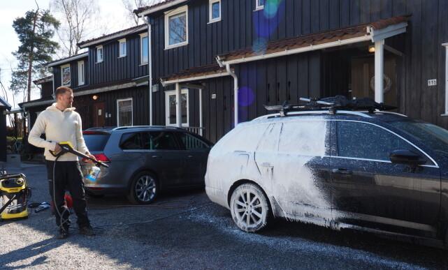 HOVEDVASK: Legg gjerne på såpe/skum før du skyller bilen, da vil såpen få ekstra godt virkegrunnlag. Foto: ?
