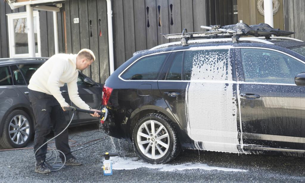 IKKE GLEM PUSSEN: Du får nemlig mest ut av vasken dersom du bruker en vaskebørste, svamp eller vott når du vasker bilen. Foto: ?
