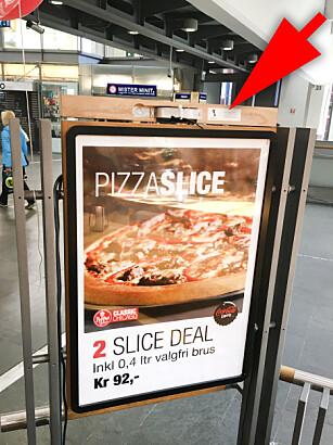 PÅ BAKSIDA: Bare på baksida av skiltet, når du står inne i restauranten, finner du en liten lapp hvor ProntoTV forteller om hva Peppes Pizza-skiltet driver med. Foto: Ole Petter Baugerød Stokke